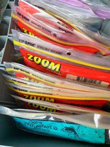 Caja llena de vinilos, lista para pescar con ellos.