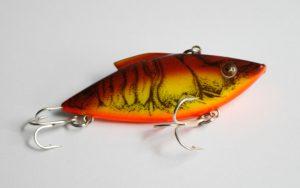 Señuelo lipless o sonajero en color cangrejo